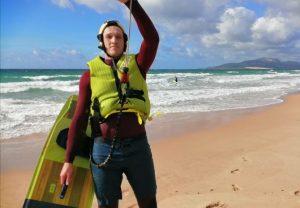 chico aprendiendo kitesurf en tarifa