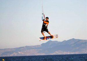 primeros saltos en kitesurfing